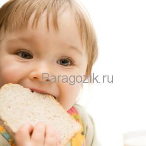 rebenok_kyshaet