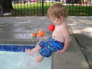 Малыш возле бассейна