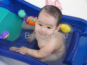 Ребенок купается