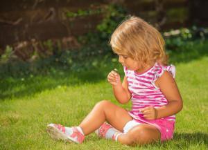 Девочка на траве