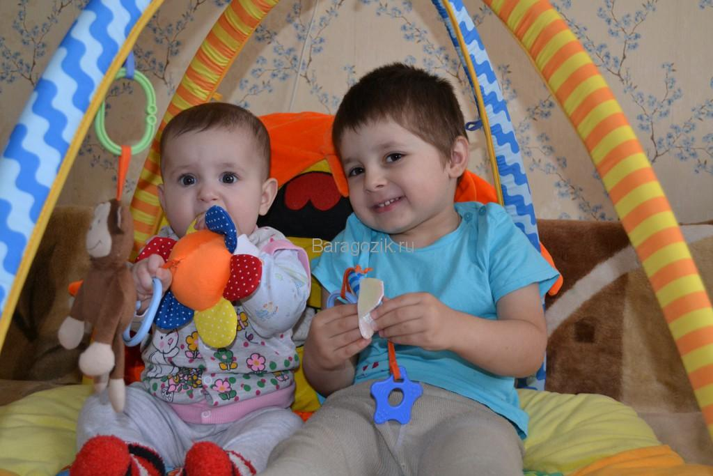 два брата играют