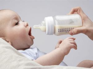 бутылочка для кормления и малыш