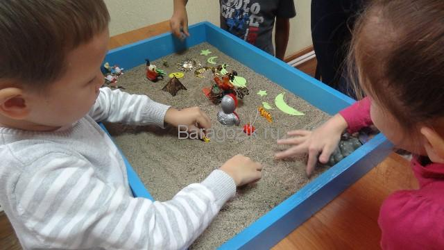 дети играют в юнгианской песочнице