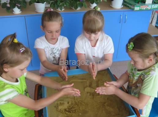 дети занимаются песочной терапией