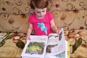 малыш 2-3 лет читает книгу
