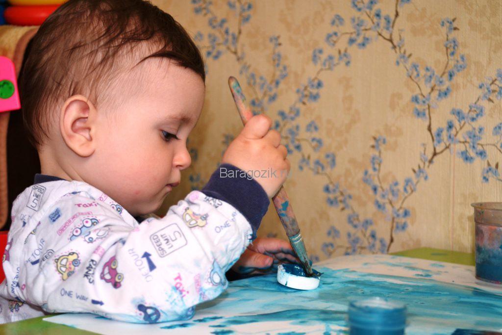 ребенок рисует кисточкой