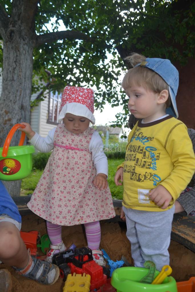 малыши играют в песочнице