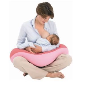 мама кормит ребенка на подушке для кормления