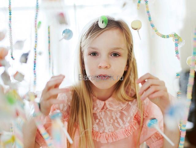 Девочка с конфетами