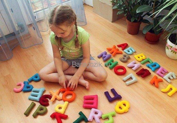 Девочка играет буквами