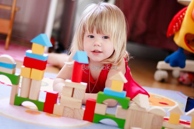 Девочка строит