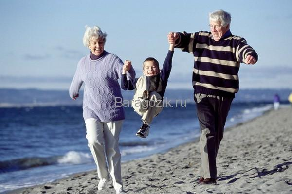 Бабушка и дедушка с внуком