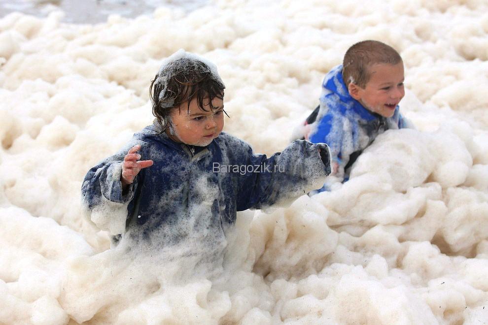 Дети в морской пене