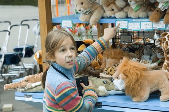 Девочка выбирает игрушку