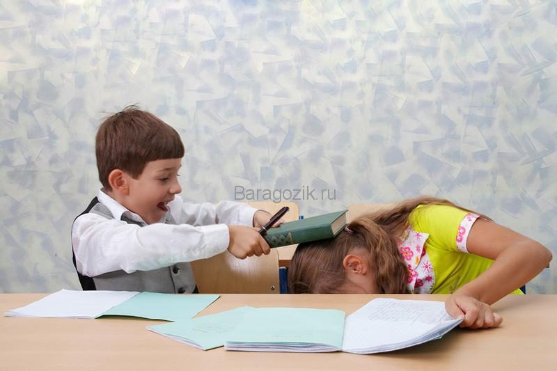Мальчик бьет девочку