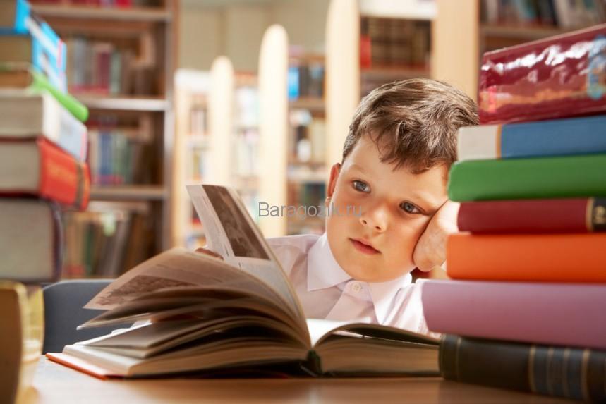 Мальчик рассматривает картинки