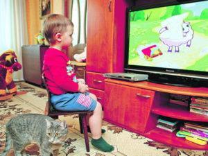ребенок смотрит мультик о правилах безопасности