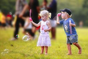 Дети пускают пузыри