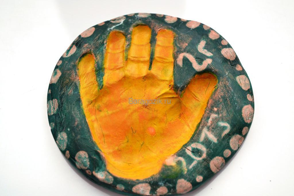 отпечаток руки на материале для лепки
