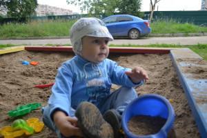 ребенок играет с песком