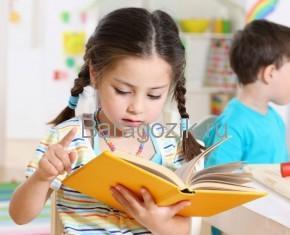 дошкольник читает книгу