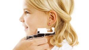 ребенку прокаливают уши пистолетом