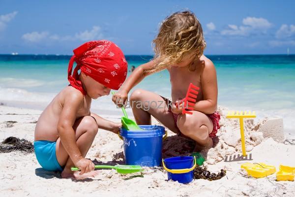 Дети играют в песке