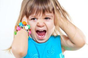 ребенок рвет на себе волосы