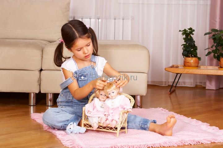 Девочка играет куклами