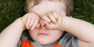 ребенок трет глаза во сне