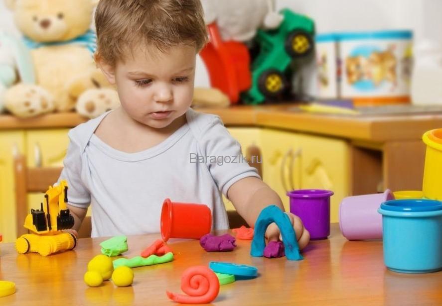 Девочка играет пластилином