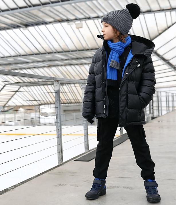 Черная куртка с голубым шарфиком