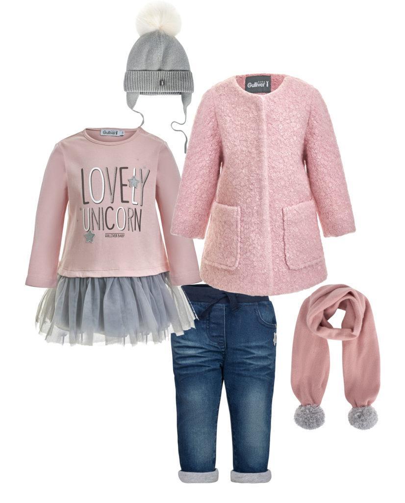 Розовое пальто с одеждой