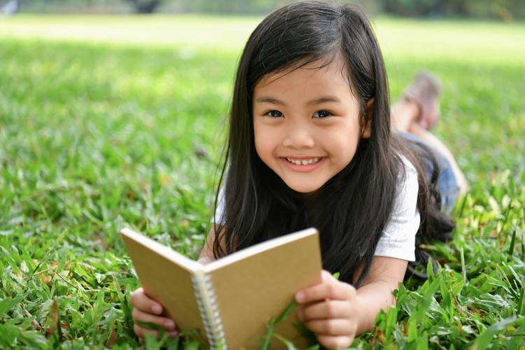 Как отучить ребенка читать лежа на спине, на боку, на животе