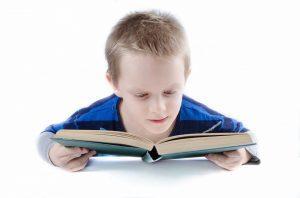 Ребенок читает лежа - вредно ли, и как отучить читать лежа