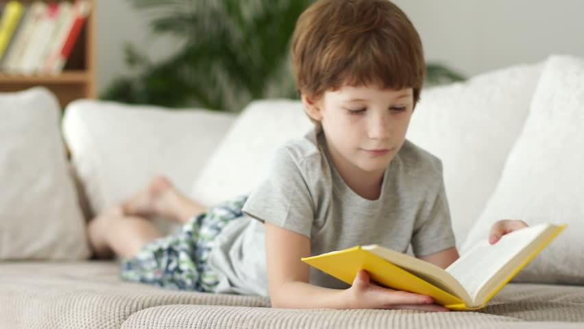 Вредно ли читать ребенку лежа