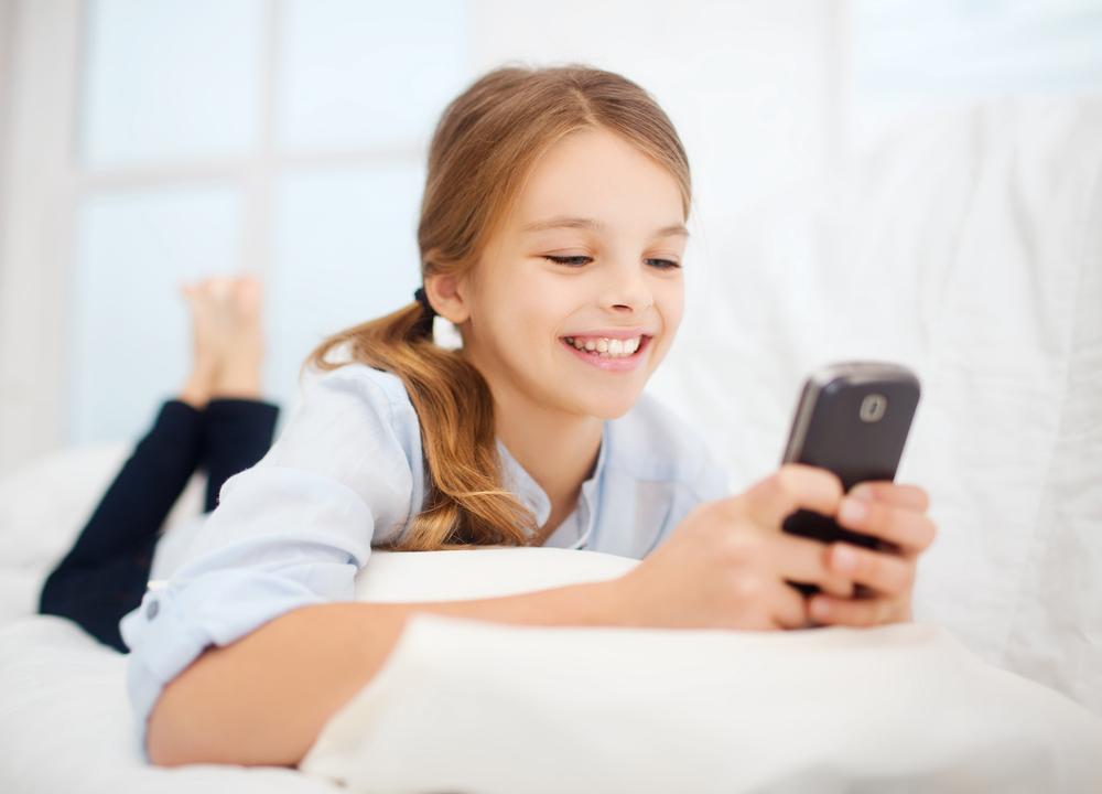 ребёнок с телефоном 2